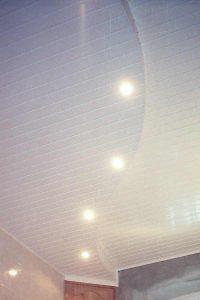 Двухуровневый криволинейный потолок из пластика 10см